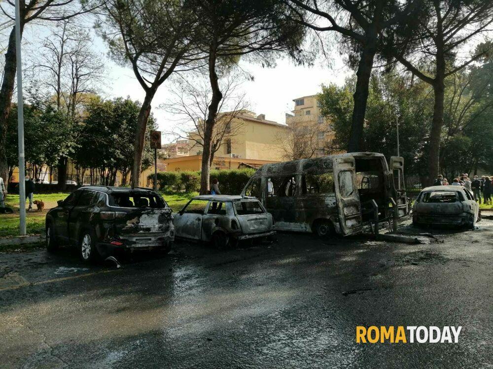 Incendio a Villa Lazzaroni, bruciano pulmino della scuola e 3 auto: alta colonna di fumo nero