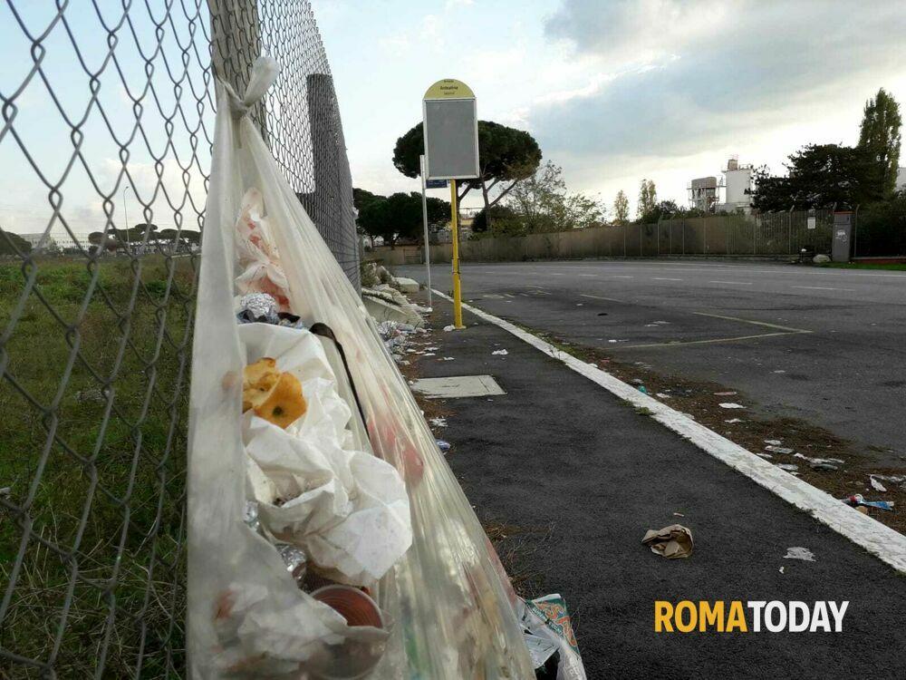 Via Ardeatina, corse depotenziate e fermate invase dai rifiuti: il trasporto pubblico è da bollino rosso