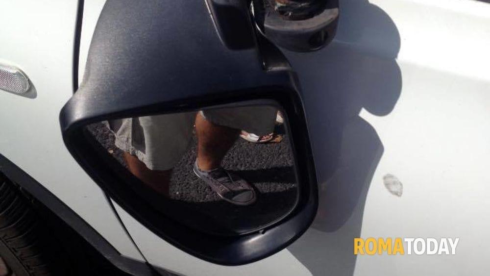 Truffa dello specchietto con rapina, la vittima si aggrappa allo sportello e viene trascinata sull'asfalto