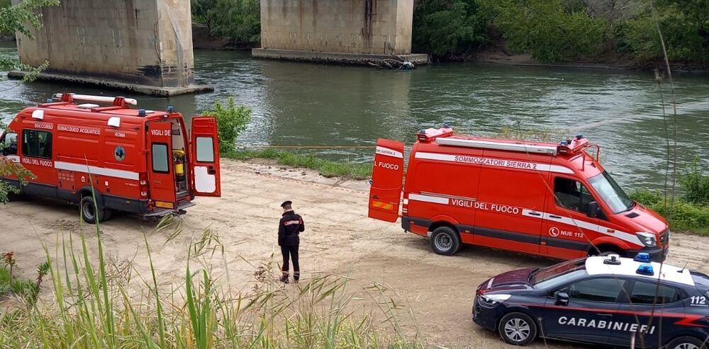 La fidanzata ne denuncia la scomparsa, l'auto viene ritrovata nel Tevere: all'interno il corpo del 44enne
