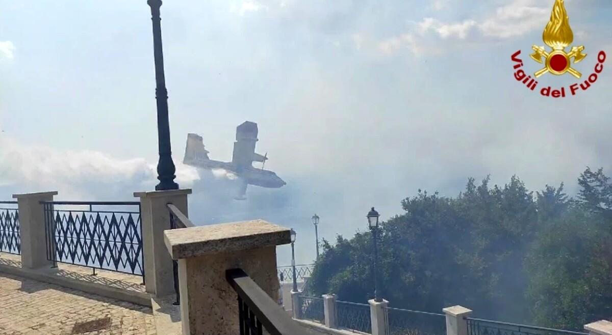 Incendio a ridosso del centro abitato, fiamme lambiscono le case. Evacuati gli abitanti