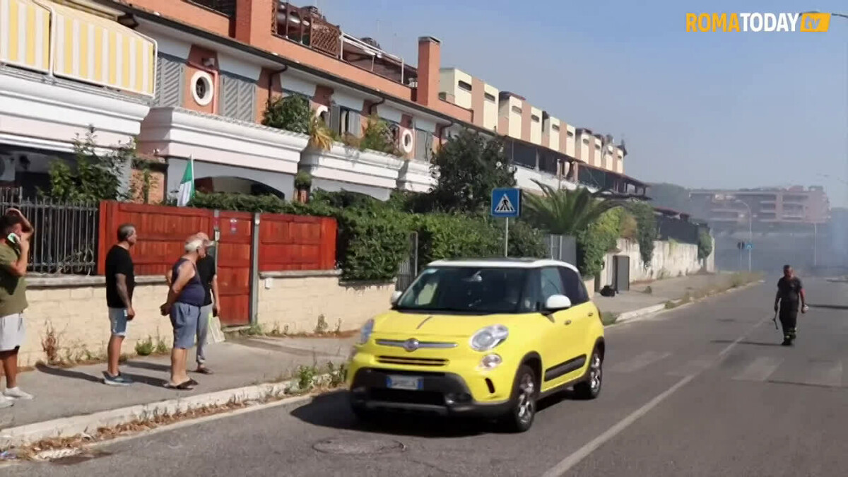 VIDEO | Roma est ostaggio degli incendi per ore: abitanti con i secchi d'acqua per salvare le proprie case