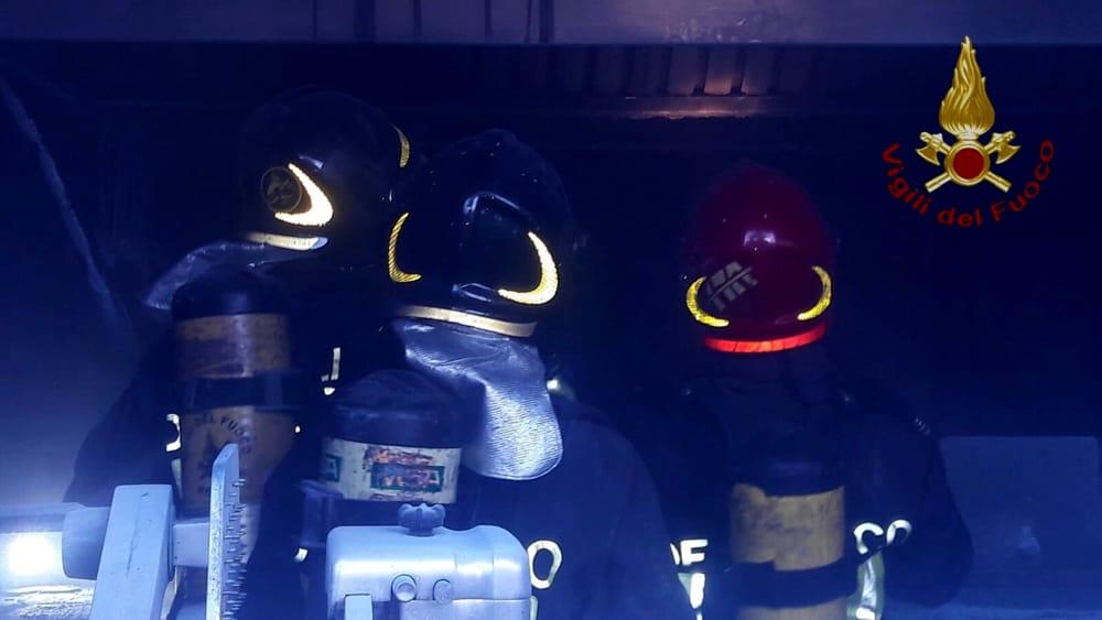 Incendio in un magazzino: paura per alcune bombole gpl