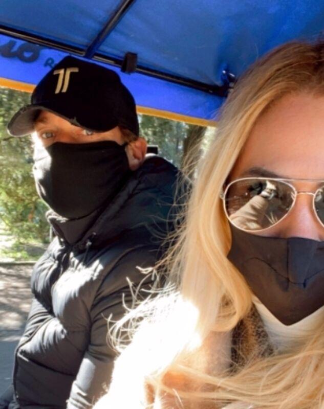 Totti guarisce dal Covid e passeggia con Ilary a Villa Borghese: ecco le immagini virali sui social