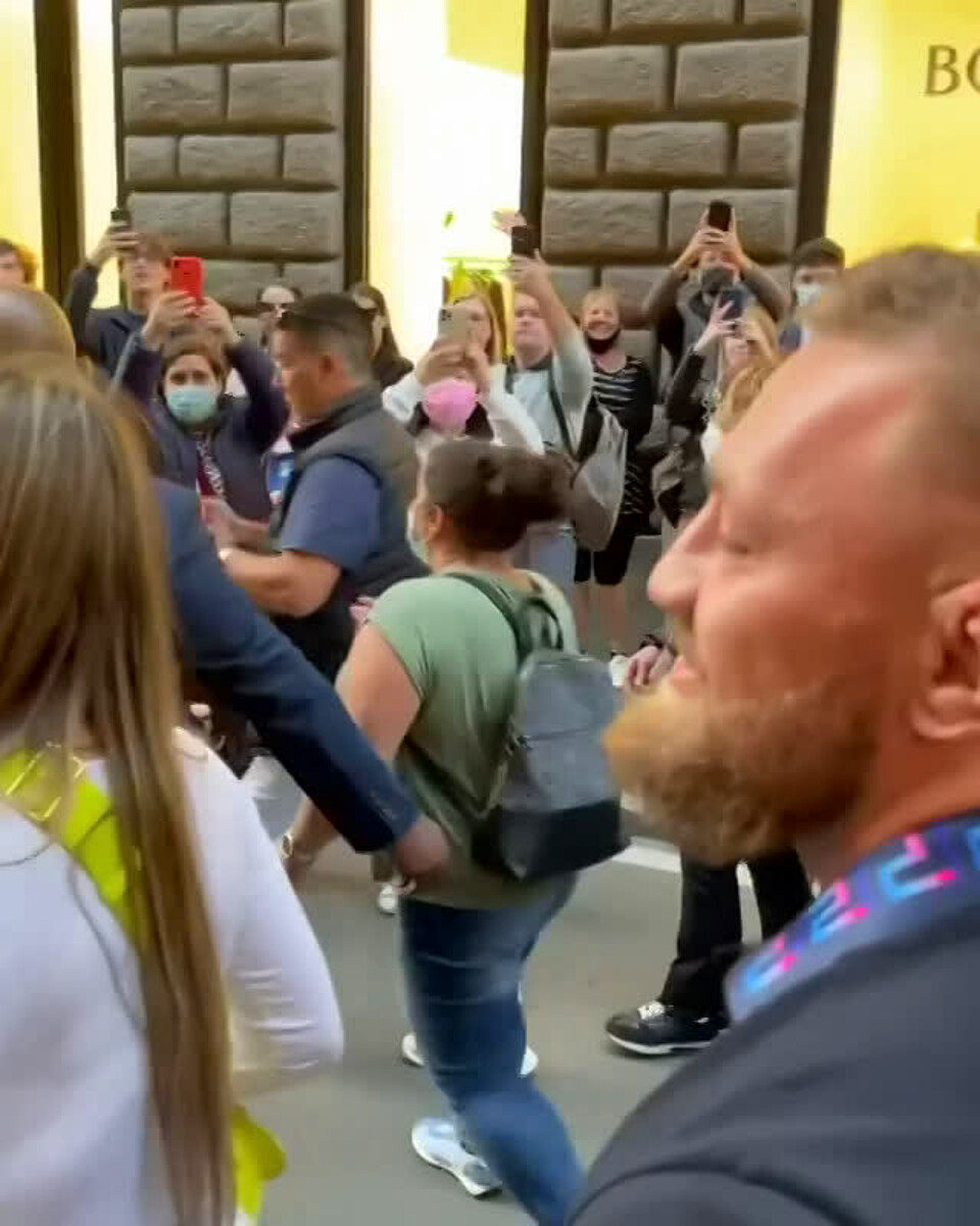 VIDEO   Conor McGregor a passeggio per via del Corso: la star Mma tra i fan di Roma