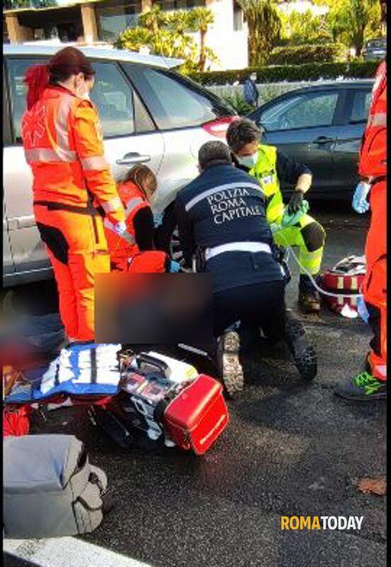 Incidente all'Eur: perde controllo dell'auto e si scontra con un bus, muore dopo trasporto in ospedale