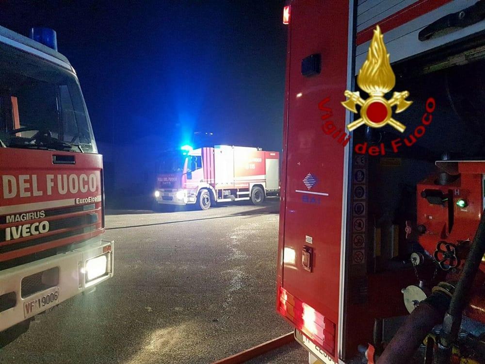 Incendio nel piazzale della tipografia: in fiamme un gommone ed un furgone