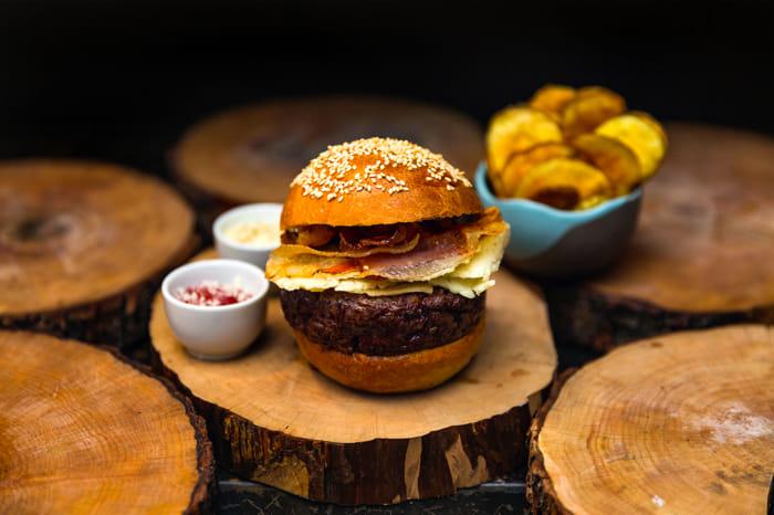 GRICIABURGER- 200 gr. di hamburger, pecorino stagionato, guanciale croccante, maionese al pepe e ketchup all'amatriciana e patatine chips-2