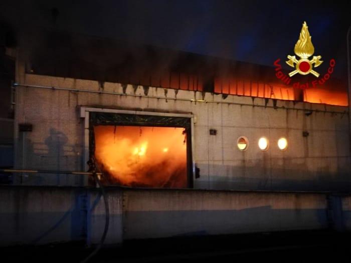 Incendio capannone rifiuti via Salaria 1